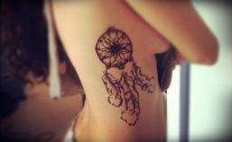 tatuagem apanhador de sonhos costela