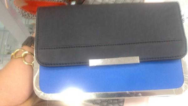 clutch azul e preta renner