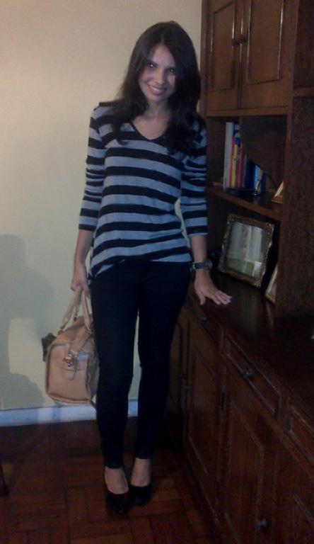 look calça preta blusa listrada