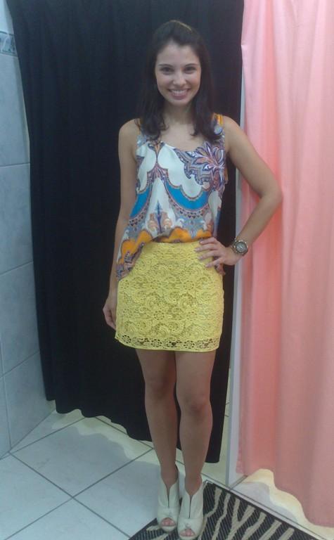 Look_Saia renda amarela_Blusa estampa lenço_Loja Aglaia