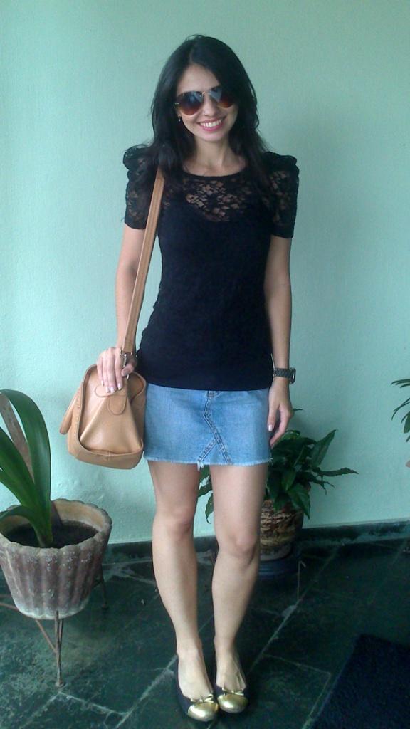 look-ferias-saia-jeans-blusa-renda-sapatilha