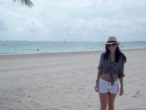 look-punta-cana-praia-camisa-xadrez-short-branco-sistematicas-gabi-teixeira