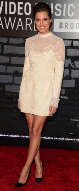 Allison Williams sem mistérios, vestido bonito.