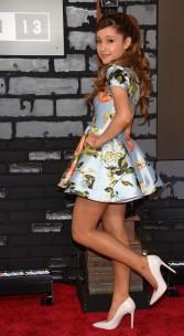 Ariana Grande - seja lá você quem for - apostou num look bem girly. Eu curti o vestido rodado combinado com o scarpin branco, apesar de ter me lembrado o estilo de roupas da Barbie.