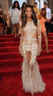 O vestido de Ciara pode ser Givenchy rhyco cheio de transparências e plumas, mas eu achei too much. Sei lá, talvez se a saia fosse toda forrada eu gostasse mais.