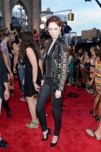 O look de Coco Rocha é lindo, estiloso e tudo mais. Mas acho que um VMA merecia mais que uma calça preta e jaqueta bordada, heim?!