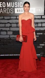 Crystal Reed estava em uma elegância que só. Apesar do modelo meio batido, não tem como desgostar de um look com vestido vermelho assim. A clutch Valentino valorizou!