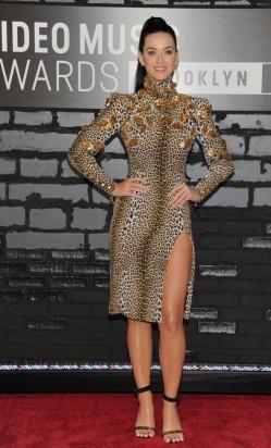 Katy Perry é icônica sempre. Tem esse lado caricatural da personagem-cantora que permite que ela seja ousada e criativa nos looks. Se tratando de Katy, eu curti.