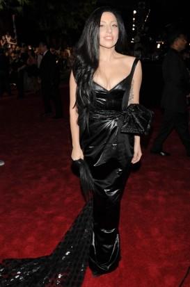 """Lady Gaga se inspirou em Mortícia Adams, mas depois de tanto look exagerado, um pretinho """"básico"""" tá de bom tamanho, né não?!"""