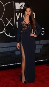 Me julguem, mas eu ameeei o look da Selena Gomez. Ela é jovem, tem corpão e todo o direito de ousar nos decotes e fendas. Achei diferente e ao mesmo tempo chique!
