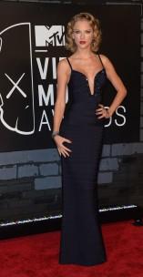 Taylor Swift não erra em tapetes vermelhos. Achei esse look MARAVILHOSO. Sexy e elegante na medida.