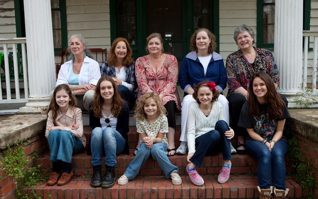 Em cima: as irmãs Perron da vida real. Em baixo: as atrizes que interpretaram o filme.