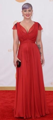 Esse cabelo de Kelly Osbourne atrapalha alguns looks... amei o vestido, é até fácil de levar para costureira copiar, mas não curti o contraste do vermelho com o roxo acinzentado.