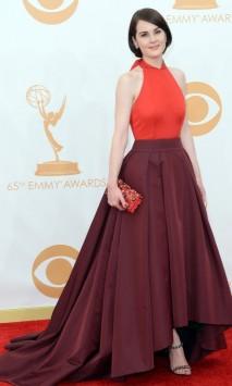 Esse Prada de Michelle Dockery tinha tudo para me desagradar, principalmente esse comprimento. Mas gostei da combinação de tom sobre tom e da modelagem do vestido. Elegantérrima.