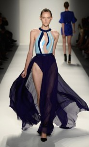 Alon Livné: criador de uma das roupas da turnê Mrs. Carter de Beyoncé. Vestido ousado, onde a transparência e a fenda da saia dividem a atenção com um decore poderoso.