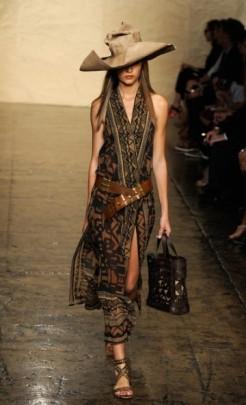 Donna Karan NY: Estampa étnica em tecido leve com acessórios em couro formam o boho-chic.
