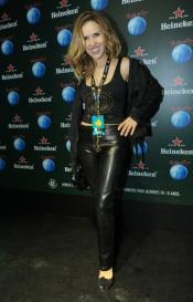 Leona Cavali apostou na calça de couro para deixar o look mais estiloso. Previsível, mas adequado.