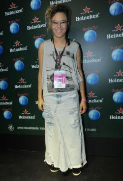 Eu gosto da saia, eu gosto da blusa, mas eu não consigo gostar das duas peças juntas combinadas por Maria Gadu.