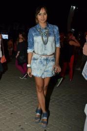 Jeans com jeans com jeans. É jeans da cabeça aos pés e eu curti bastante a escolha de Thaissa Carvalho.