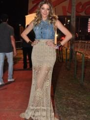 Eu gostei da combinação da saia vazada com o jeans de Luma Costa, mas não acho que seja a melhor opção para o evento...