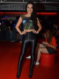 Mariana Rios cortou a camisa do camarote e completou com disco pants. Não consigo gostar dessa calça.