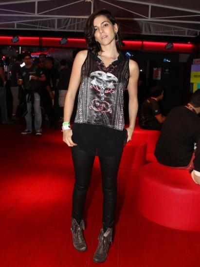 Taina Muller também acertou ao apostar em calça de couro com coturno, que eu ando cada dia mais apaixonada, btw.