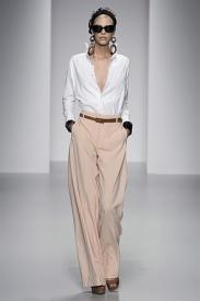 O decotão combinado com a calça de cintura alta de Daks me encantou! Detalhe para o maxi brinco da modelo.