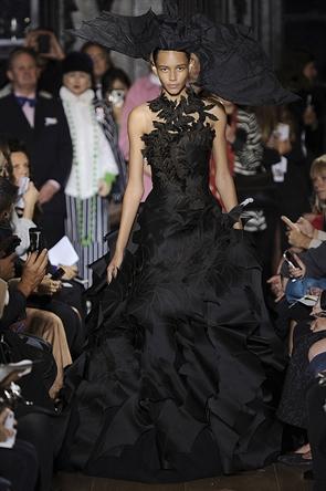 Giles apresentou um daqueles vestidos baphônicos que seria foco de discussão de qualquer red carpet.