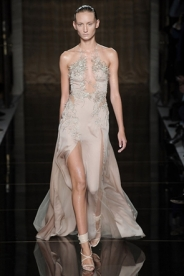 Decote e fenda misturado é para causar, mas ainda assim o vestido de Julien MacDonald consegue ser delicado.