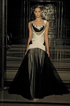 Achei lindo esse vestido de Pearce Fionda, é poderoso sem exageros.