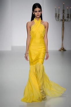 Não gosto muito de amarelo, mas achei super primavera verão esse vestido da PPQ.