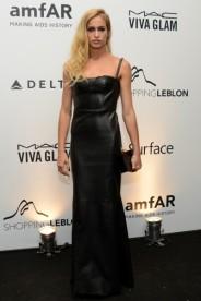 """Alice Dellal apostou em um vestido preto de couro de Patrícia Viera. Da série """"pretinhos nada básicos""""."""