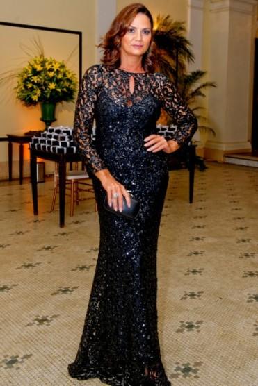 Luiza Brunet não costuma errar nunca e acetou de novo. Deusa nesse vestido rendado.