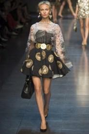 Dolce & Gabbana e suas estampas inspiradas em dinheiro. Cintura marcada, saia rodada e transparência são sinônimos de feminilidade.