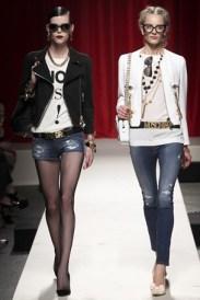 Básico cheio de estilo da Moschino. Jeans destroyed continua firme e forte.