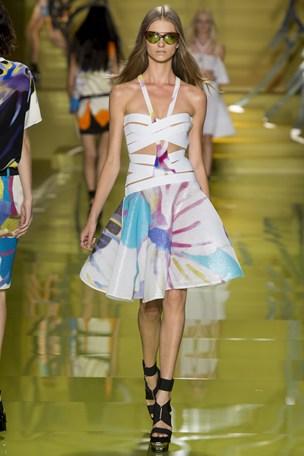 E a Versace está apostando em uma releitura das peças dos anos 50, com saias rodadas e cintura marcada, porém com novos recortes e estampas que inovam os modelos.