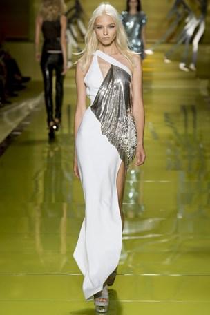 E quem não gostaria de usar o decote e a fenda de Versace?
