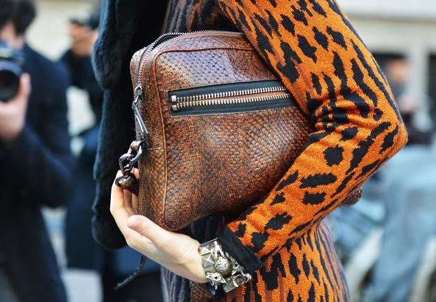 bolsa-carteira-como-usar-look-couro