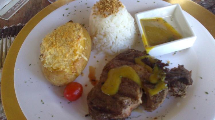 Bife ancho com molho de mostarda e mel, acompanhado de batata suflê e arroz com alho