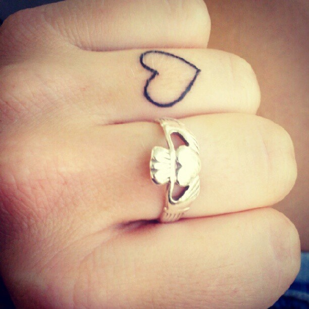 Tatuagem Feminina no Dedo de Casal