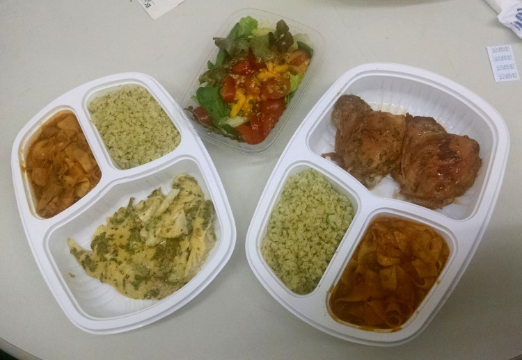 Opção com peixe e opção com frango + salada