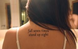 """Em inglês: """"Fall seven times, stand up eigth"""" // Tradução: """"Caia sete vezes, levante oito"""""""