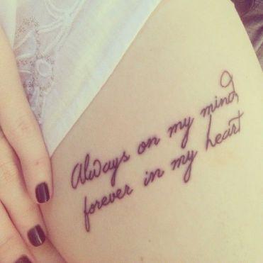 """Em inglês: """"Always on my mind, forever in my heart"""" // Tradução: """"Sempre na minha mente, para sempre no meu coração""""."""