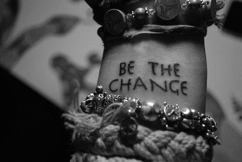 """Em inglês: """"Be the change"""" // Tradução: """"Seja a mudança"""""""
