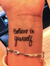 "Em inglês: ""Believe in yourself"" // Tradução: ""Acredite em si mesmo"""