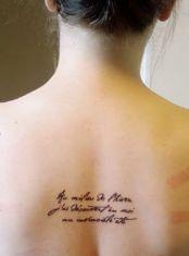 """Em francês: """"Au milieu de l'hiver, j'ai découvert en moi un invincible été"""" // Tradução: """"No meio do inverno, descobri em mim um verão invencível""""."""