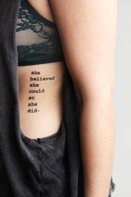"""Em inglês: """"She believed she could, so she did"""" // Tradução: """"Ela acreditou que ela podia, então ela fez"""""""